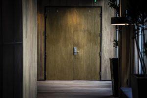 Ο πομπός, πάντοτε δέκτης. Επιλέξαμε αυτή τη φωτογραφία μιας πόρτας κλειστής για να τονίσουμε το αδιέξοδο του μηνύμαματος , όπως εκφράζεται από τον Lacan καθώς ένα μέρος του μηνύματος απευθύνεται πάντοτε στο ίδιο το υποκείμενο.