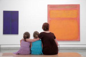 Mark rothko - Διδάσκοντας τέχνη στα παιδιά , επιλέξαμε μια εικόνα μιας μητέρας που με τα δυο της παιδιά μπροστά σε έναν πίνακα του Rothko.