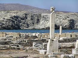 """Για το κείμενό μας """" η θεωρία των τεσσάρων αιτίων στη φιλοσοφία του Αριστοτέλη """", επιλέξαμε τη φωτογραφία ενός αγάλματος από το νησί της Δήλου. Ο Αριστοτέλης για να ερμηνεύσει τη θεωρία των τεσσάρων αιτίων χρησιμοποίησε το παράδειγμα ενός αγάλματος ο ίδιος."""