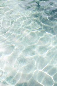 Συνεξέταση Έκθεσης και Λογοτεχνίας: Για το κείμενό μας επιλέξαμε μια φωτογραφία που δείχνει το φως του ήλιου να καθρεφτίζεται στο βυθό μιας πεντακάθαρης θάλασσας.