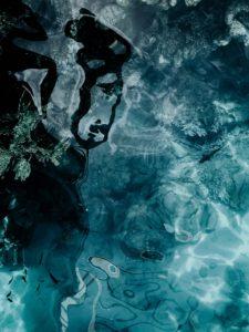 Σωκρατικό Προσωπείο στους πλατωνικούς διαλόγους: Για το κείμενό μας επιλέξαμε μια φωτογραφία που απεικονίχει αφηρημένο περιβάλλον σε αποχρώσεις του γκρι, του μπλε και του μαύρου.