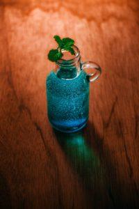 Ασκήσεις στους υποθετικούς λόγους: Ένα μικρό βάζο σε γαλάζιο χρώμα για το κείμενό μας σχετικά με τους υποθετικούς λόγους.