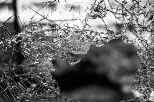 Η κούραση, κείμενο του Jean Baudrillard: Επιλέξαμε ένα θραύσμα γυαλιού για να αποδώσουμε τη σκέψη που αναδύεται μέσα από το δοκίμιο.